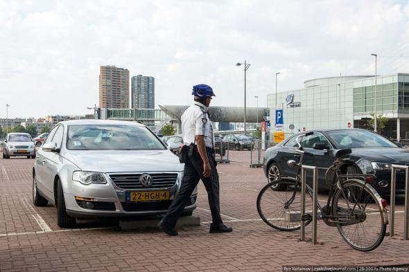Амстердам - парковочный полицейский за работой